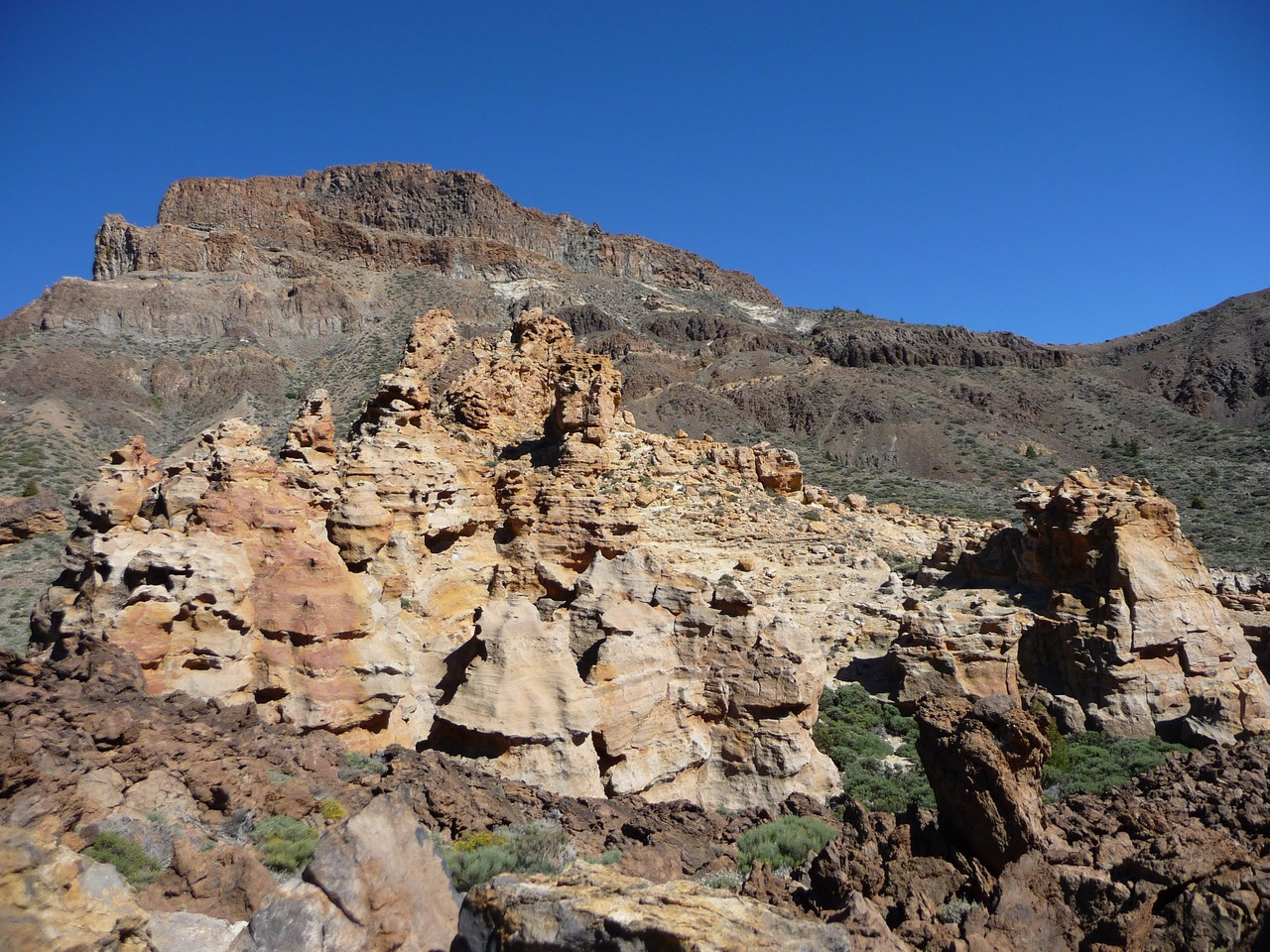 Aureolas Gigantes photo: canada del capricho - form the dirt road | thecrag